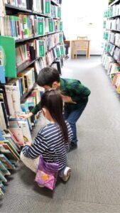 モンゴルのミニ図書館で絵本を探す子供たち